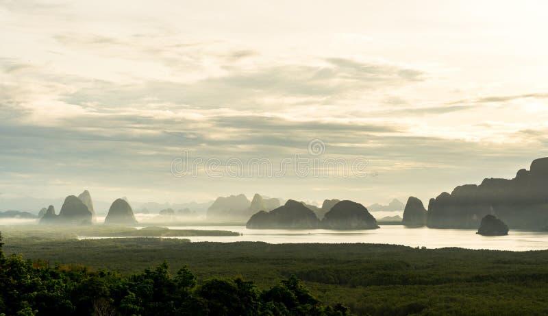 Η όμορφη εποχική περίοδος το πρωί της ανατολής του Samed Nang Αυτή ή η Samed Nang chee είναι το καλύτερο και διάσημο οπτικό σημεί στοκ εικόνα με δικαίωμα ελεύθερης χρήσης