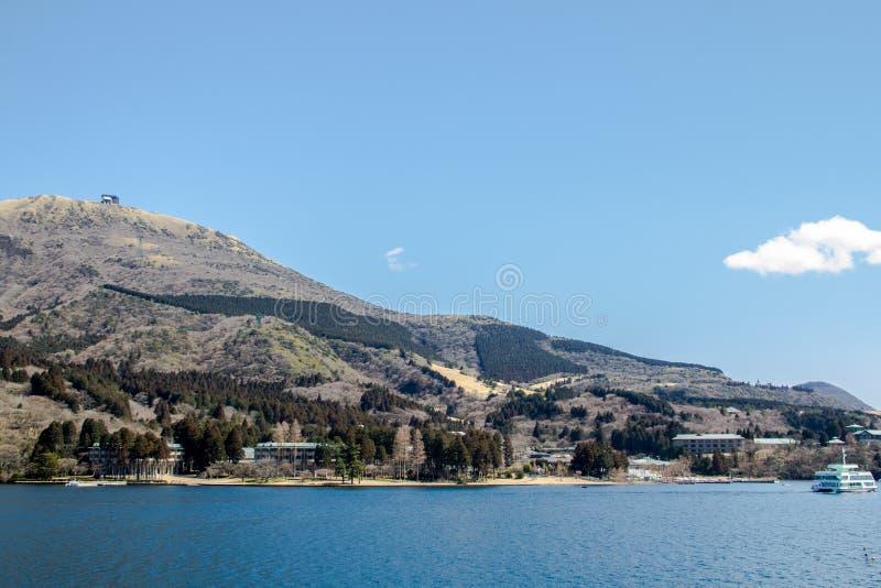 Η όμορφη θέα βουνού στην μπλε ελαφριά ημέρα ουρανού στοκ εικόνες