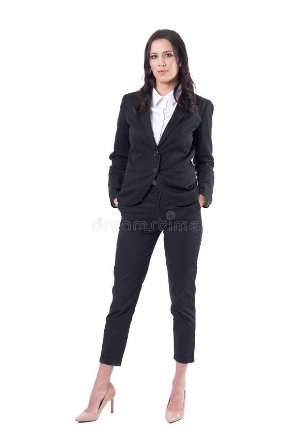 Η όμορφη και επιτυχής επιχειρησιακή γυναίκα με παραδίδει τη στάση τσεπών στοκ εικόνες με δικαίωμα ελεύθερης χρήσης