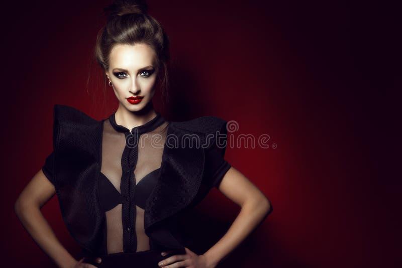 Η όμορφη κομψή κυρία με την τρίχα updo και τέλειος αποτελεί τη φθορά της ημι διαφανούς μπλούζας δαντελλών με τα μανίκια διακοσμητ στοκ εικόνα με δικαίωμα ελεύθερης χρήσης