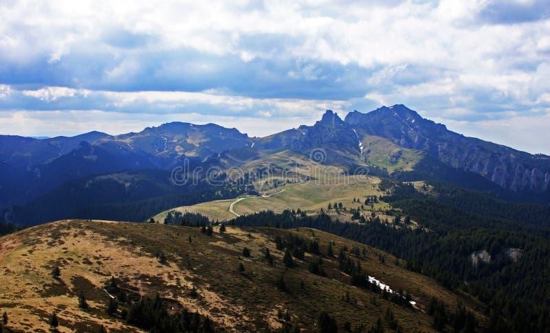 Η όμορφη κορυφογραμμή των βουνών Ciucas στη Ρουμανία στοκ φωτογραφίες