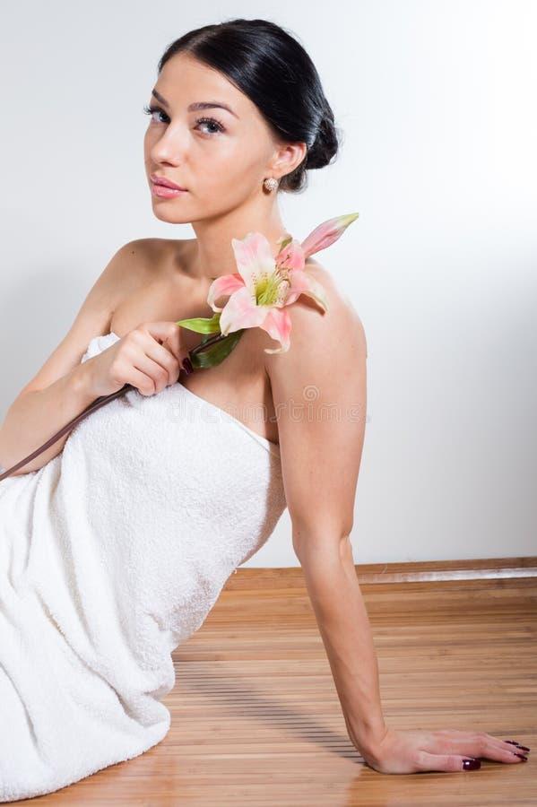 Η όμορφη κυρία με ανθίζει lilly τέλειο δέρμα στοκ φωτογραφία με δικαίωμα ελεύθερης χρήσης
