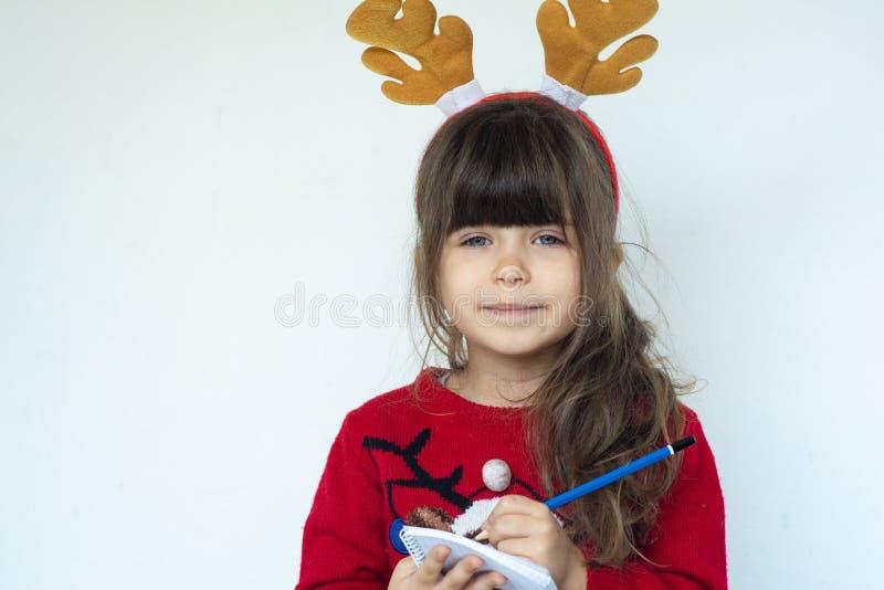 Η όμορφη μάνδρα εκμετάλλευσης παιδιών και γράφει μια επιστολή σε Άγιο Βασίλη στοκ εικόνα με δικαίωμα ελεύθερης χρήσης