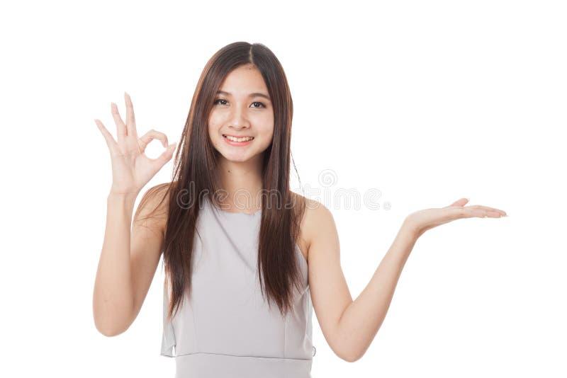 Download Η όμορφη νέα ασιατική γυναίκα παρουσιάζει το χέρι παλαμών και ΕΝΤΑΞΕΙ σημάδι Στοκ Εικόνα - εικόνα από κοίταγμα, σημάδι: 62723481