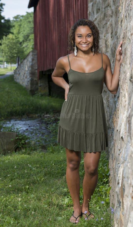 Η όμορφη νέα γυναίκα θέτει στα sundress στοκ εικόνα με δικαίωμα ελεύθερης χρήσης