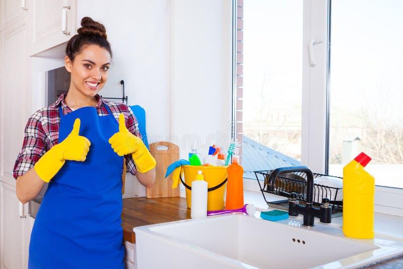 Η όμορφη νέα γυναίκα κάνει τον καθαρισμό του σπιτιού Κορίτσι που καθαρίζει ki στοκ φωτογραφίες με δικαίωμα ελεύθερης χρήσης