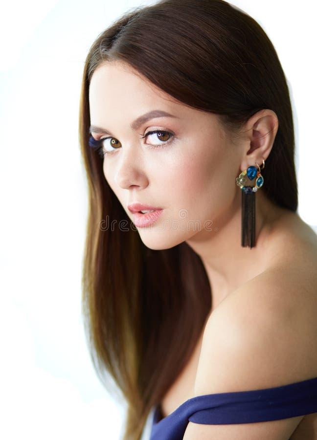 Η όμορφη νέα γυναίκα με τον επαγγελματία αποτελεί στοκ φωτογραφίες με δικαίωμα ελεύθερης χρήσης