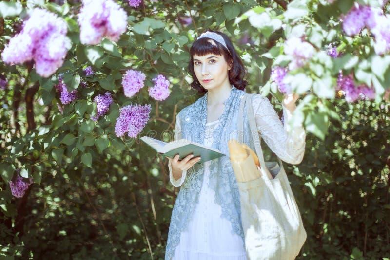 Η όμορφη νέα γυναίκα στέκεται κοντά σε μια πασχαλιά στοκ εικόνα με δικαίωμα ελεύθερης χρήσης