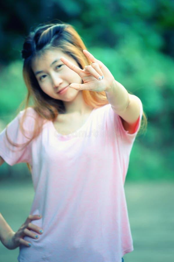 Η όμορφη νέα γυναίκα της Ασίας παρουσιάζει σημάδι αγάπης χεριών στοκ φωτογραφίες με δικαίωμα ελεύθερης χρήσης
