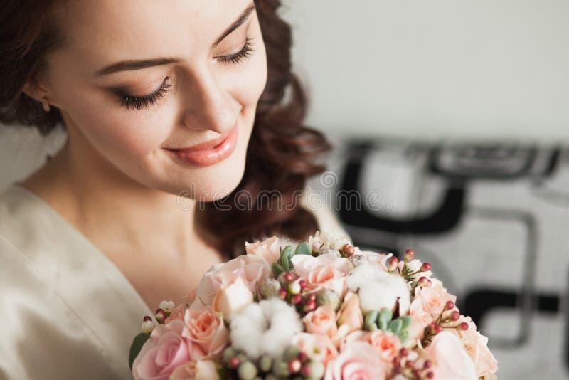 Η όμορφη νέα κυρία με μαλακό αποτελεί και λουλούδια στοκ φωτογραφίες
