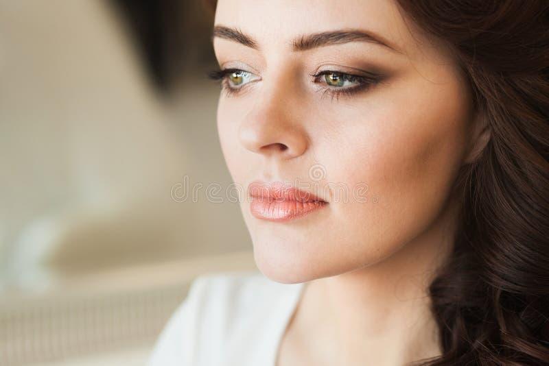 Η όμορφη νέα κυρία με μαλακό αποτελεί στοκ εικόνες