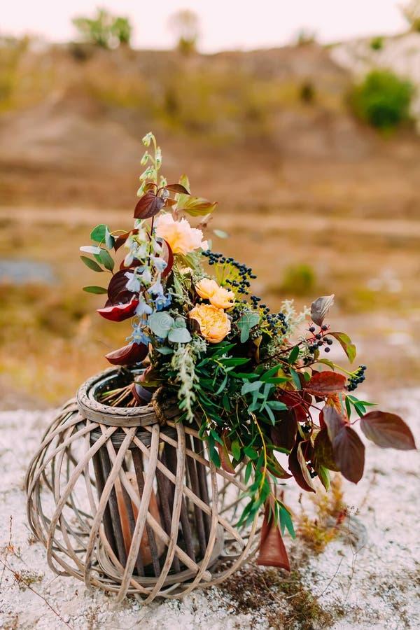 Η όμορφη νυφική ανθοδέσμη σε μια ξύλινη στάση υπαίθρια Γαμήλια floristic διακόσμηση στοκ φωτογραφίες με δικαίωμα ελεύθερης χρήσης