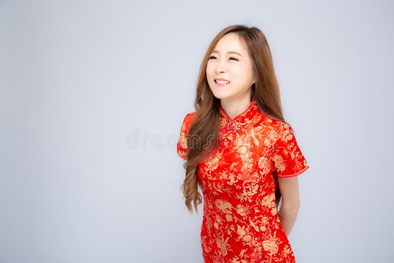 Η όμορφη πορτρέτου ευτυχής κινεζική νέα ένδυση γυναικών έτους νέα ασιατική cheongsam χαμογελά με τα συγχαρητήρια και το χαιρετισμ στοκ φωτογραφία με δικαίωμα ελεύθερης χρήσης
