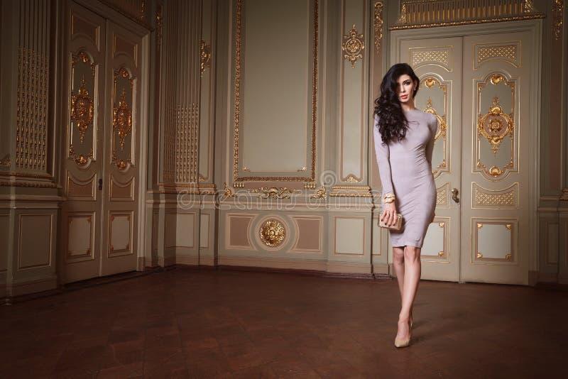 Η όμορφη προκλητική γυναίκα στην κομψή συλλογή φθινοπώρου φορεμάτων μοντέρνη της μακριάς τρίχας brunette άνοιξης makeup μαύρισε τ στοκ εικόνες