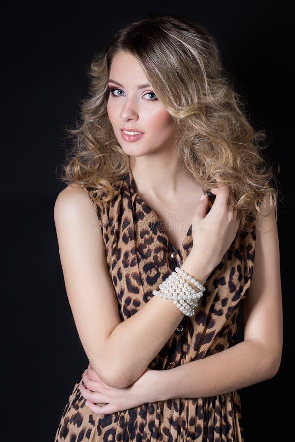 Η όμορφη προκλητική εύθυμη γυναίκα με το φωτεινό εορταστικό hairstyle makeup και βραδιού το βράδυ τυπωμένων υλών λεοπαρδάλεων ντύ στοκ εικόνες με δικαίωμα ελεύθερης χρήσης