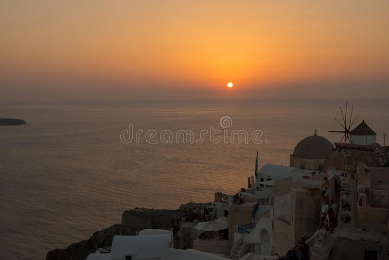 Η όμορφη πόλη Oia σε Santorini/της Ελλάδας κατά τη διάρκεια του χρυσού ηλιοβασιλέματος ? στοκ εικόνα με δικαίωμα ελεύθερης χρήσης