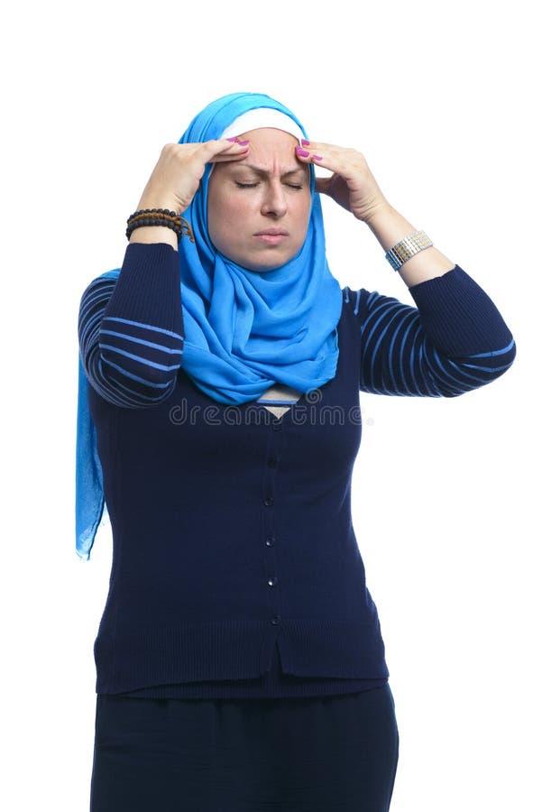 Η όμορφη σύγχρονη μουσουλμανική γυναίκα έχει έναν πονοκέφαλο στοκ φωτογραφίες