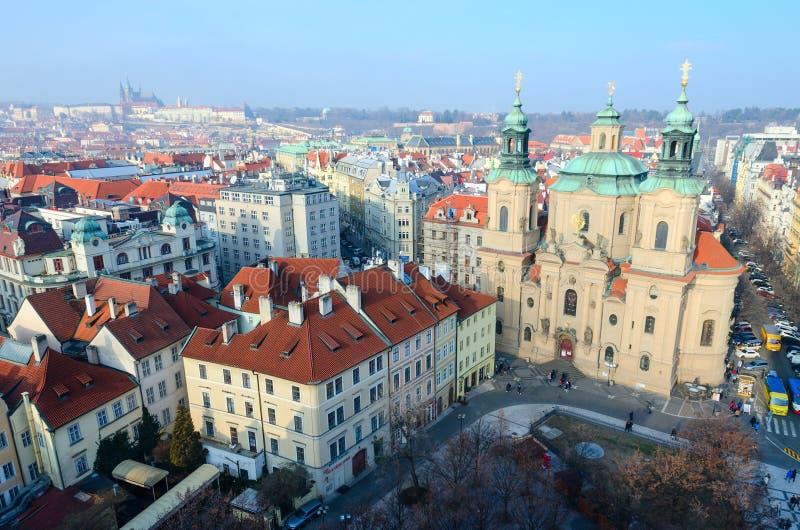 Η όμορφη τοπ άποψη του ιστορικού κέντρου της Πράγας κοιτάζει επίμονα Mesto, εκκλησία του Άγιου Βασίλη στην παλαιά πλατεία της πόλ στοκ φωτογραφίες με δικαίωμα ελεύθερης χρήσης