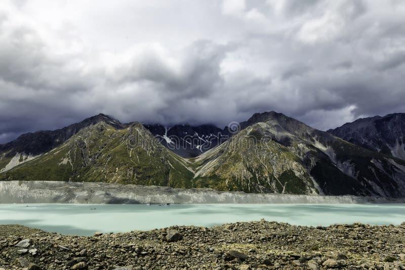 Η όμορφη τυρκουάζ λίμνη παγετώνων Tasman και τα δύσκολα βουνά στα σύννεφα, τοποθετούν το εθνικό πάρκο Cook, Νέα Ζηλανδία στοκ φωτογραφίες με δικαίωμα ελεύθερης χρήσης
