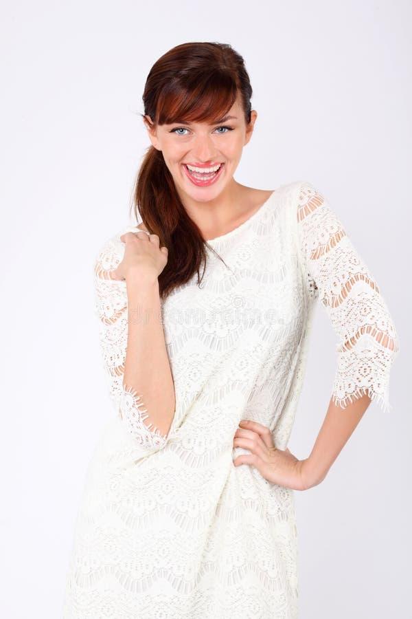Η όμορφη φθορά γυναικών στο δικτυωτό φόρεμα γελά. στοκ εικόνες