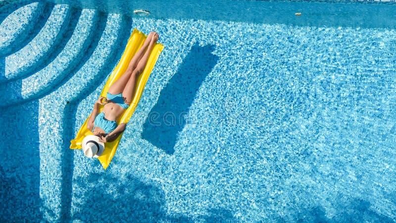 Η όμορφη χαλάρωση νέων κοριτσιών στην πισίνα, κολυμπά στο διογκώσιμο στρώμα και έχει τη διασκέδαση στο νερό στις οικογενειακές δι στοκ φωτογραφίες με δικαίωμα ελεύθερης χρήσης