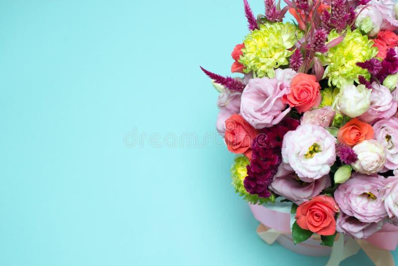 η όμορφη floral ρύθμιση, ρόδινος και κόκκινος αυξήθηκε, ρόδινο eustoma, κίτρινο χρυσάνθεμο στοκ εικόνα με δικαίωμα ελεύθερης χρήσης