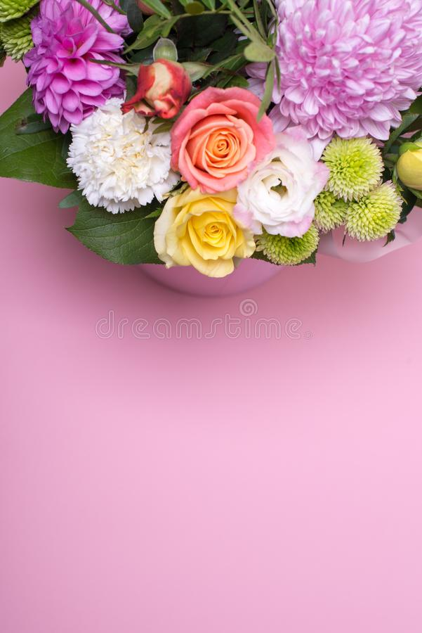 η όμορφη floral ρύθμιση στο κιβώτιο, ρόδινος και κίτρινος αυξήθηκε, ρόδινο eustoma, πράσινο και ρόδινο χρυσάνθεμο, άσπρο γαρίφαλο στοκ εικόνες