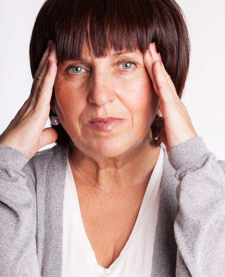 Η ώριμη γυναίκα έχει έναν πονοκέφαλο στοκ φωτογραφίες με δικαίωμα ελεύθερης χρήσης