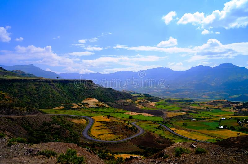 Η Aerial Panorama of Semien mountain και η κοιλάδα με χωράφια γύρω από τη Λαλιμπέλα της Αιθιοπίας στοκ φωτογραφίες