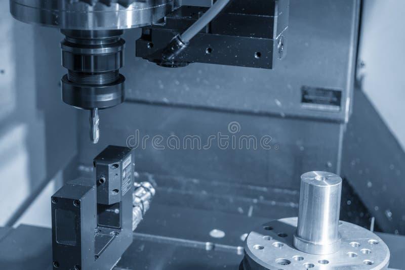 Η CNC μηχανή άλεσης που μετρά το μήκος εργαλείων από τον εξοπλισμό λέιζερ ακρίβειας στοκ εικόνες