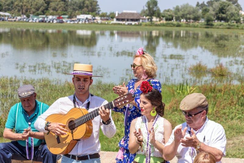 Η EL Rocio, Ισπανία 22 Μαΐου 2015 Ισπανοί γιορτάζει ένα θρησκευτικό φεστιβάλ, που τραγουδά και που χορεύει κατά τη διάρκεια της έ στοκ φωτογραφία
