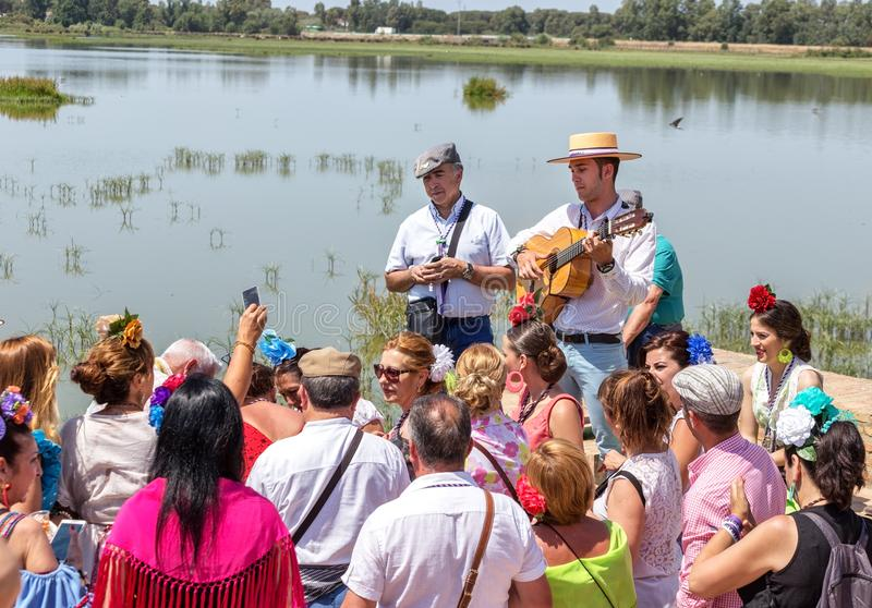 Η EL Rocio, Ισπανία 22 Μαΐου 2015 Ισπανοί γιορτάζει ένα θρησκευτικό φεστιβάλ, που τραγουδά και που χορεύει κατά τη διάρκεια της έ στοκ εικόνες