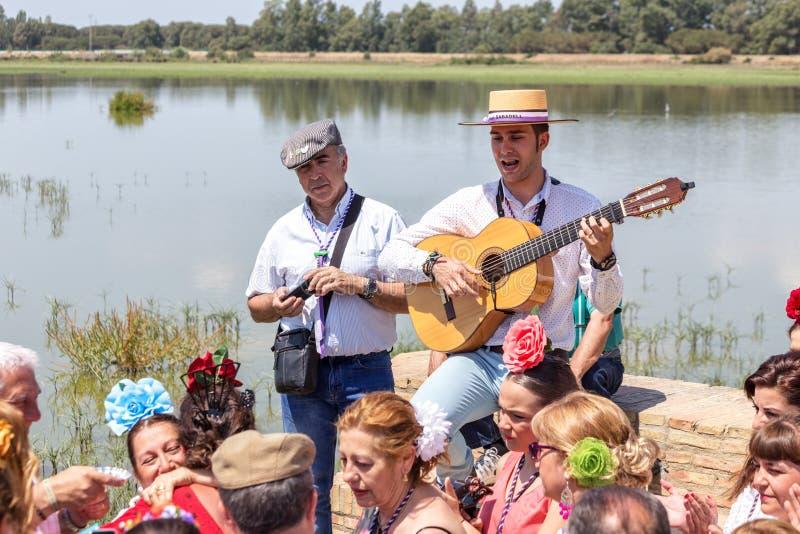 Η EL Rocio, Ισπανία 22 Μαΐου 2015 Ισπανοί γιορτάζει ένα θρησκευτικό φεστιβάλ, που τραγουδά και που χορεύει κατά τη διάρκεια της έ στοκ εικόνα