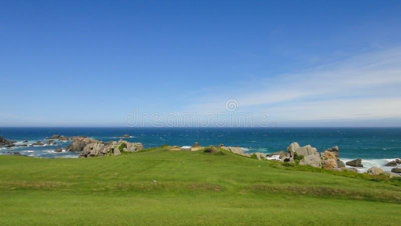 Η kaigan ακτή Tanesashi η ακτή περιλαμβάνει και τις αμμώδεις και δύσκολες παραλίες, και τις χλοώδεις φυσικές απόψεις λιβαδιών στοκ εικόνες
