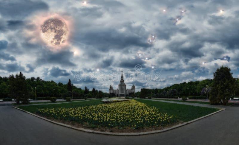 Η onceptual πανοραμική άποψη Ð ¡ της άνοιξη νύχτας ανθίζει την άνθηση στην πανεπιστημιούπολη του διάσημου ρωσικού πανεπιστημίου σ στοκ φωτογραφία
