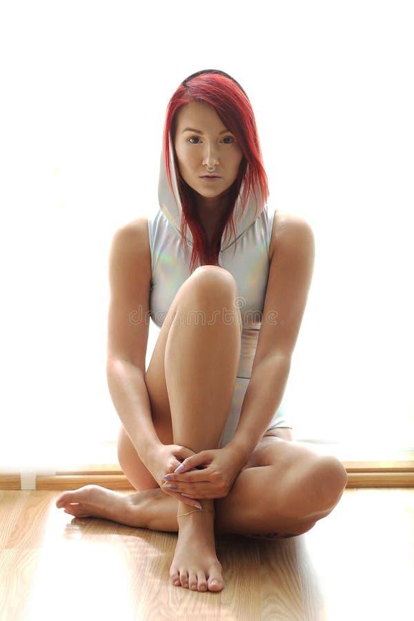 Η redhead γυναίκα yound στην ολογραφική κορυφή με την κουκούλα στοκ φωτογραφία