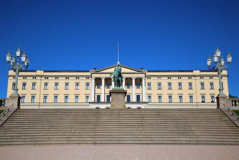 Η Royal Palace και το άγαλμα του βασιλιά Karl Johan XIV στο Όσλο, Norw στοκ φωτογραφία