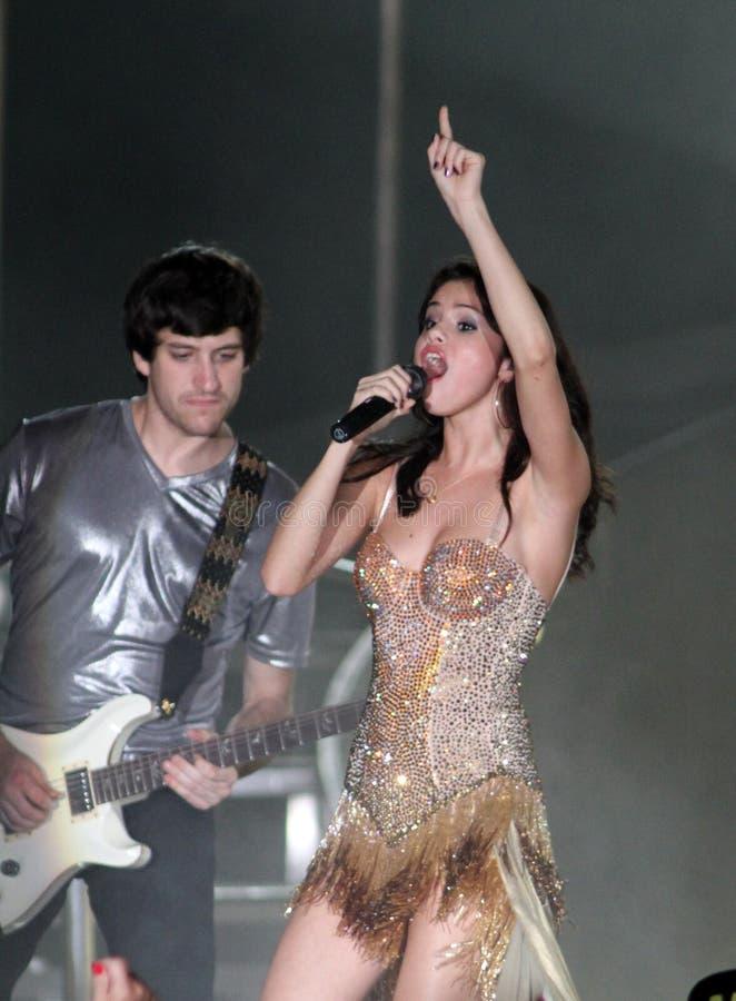 Η Selena Gomez αποδίδει στη συναυλία στοκ εικόνα
