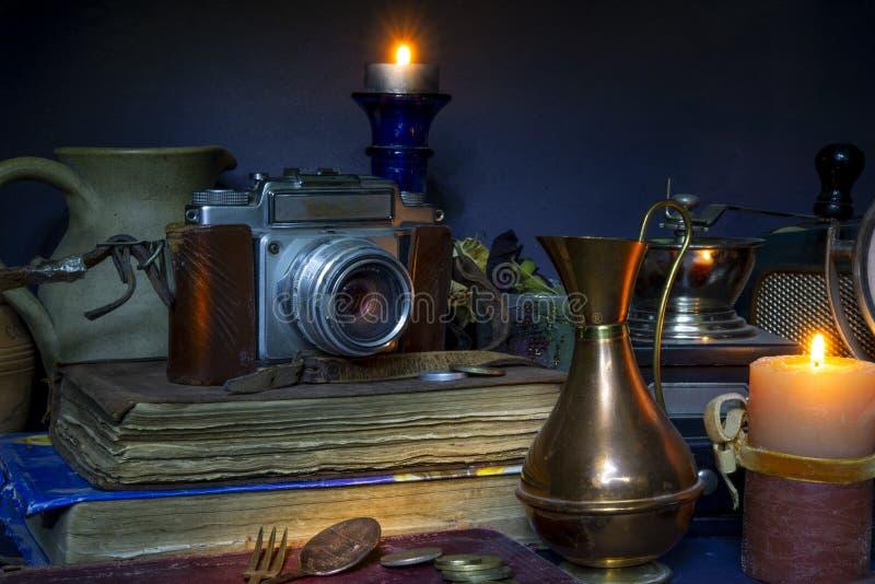 Η Vintage Camera και τα βιβλία κανονίζονται με κεριά ρολογιού στοκ εικόνα με δικαίωμα ελεύθερης χρήσης