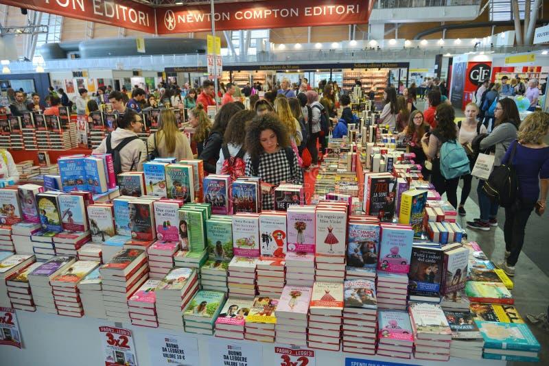 Θάλαμος εκδοτικών οίκων Newton Compton στη διεθνή έκθεση βιβλίων στοκ εικόνες