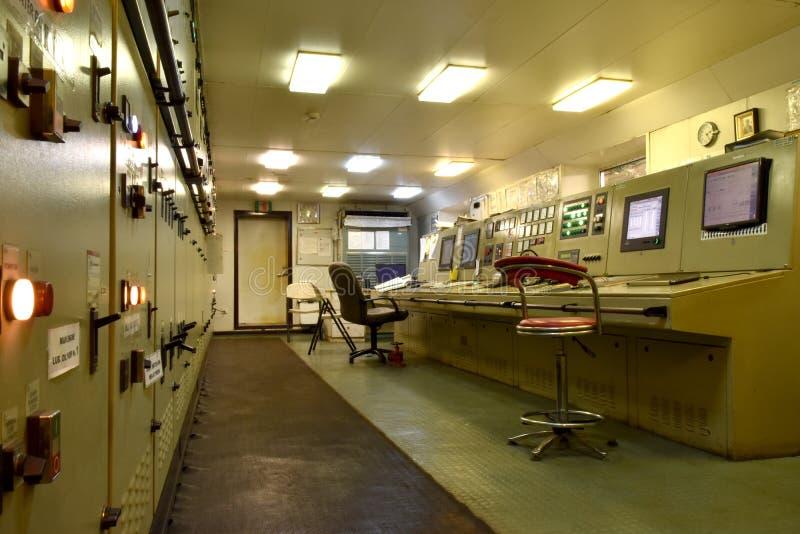 Θάλαμος ελέγχου μηχανών στο σκάφος εμπορευματοκιβωτίων μέσου μεγέθους στοκ φωτογραφίες με δικαίωμα ελεύθερης χρήσης