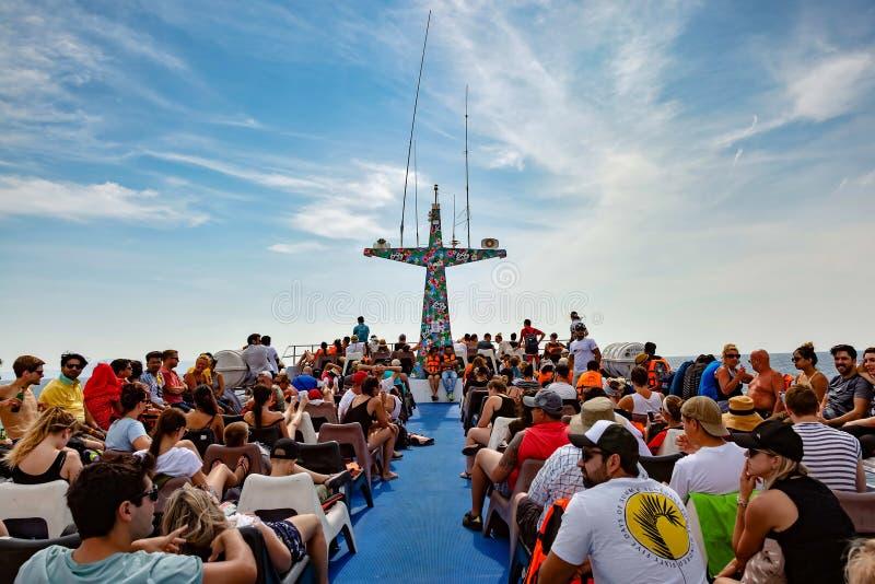 Θάλασσα Ανταμάν, Ταϊλάνδη - 10 Φεβρουαρίου 2019: Οι επιβάτες πλέουν σε ένα σκάφος αναψυχής στην ανώτερη γέφυρα Πολύχρωμος ραδιο ι στοκ εικόνες