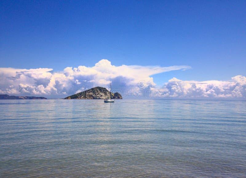 Θάλασσα, βουνό και σκάφος άποψης στοκ εικόνες