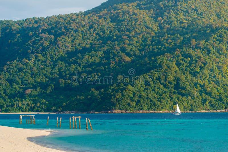 Θάλασσα και sailboat στοκ εικόνες