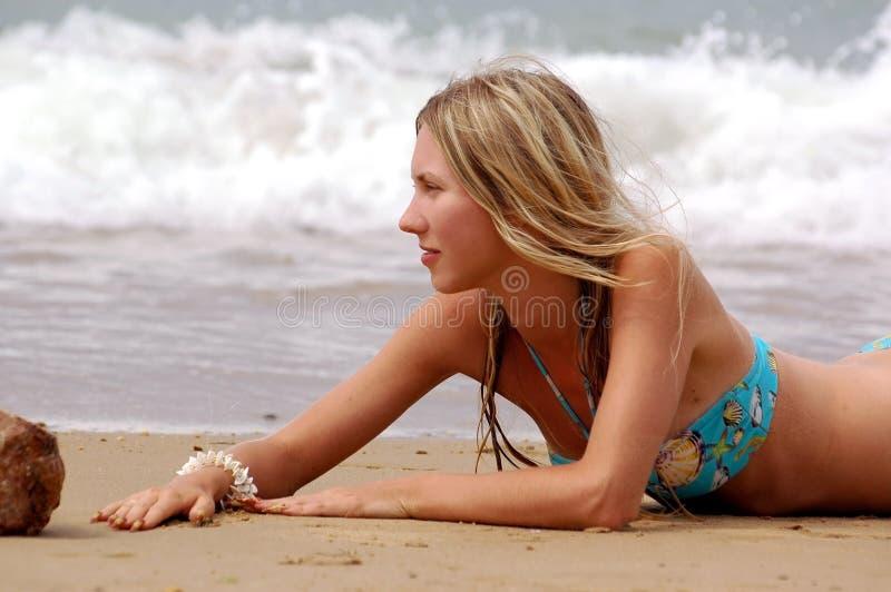 Download θάλασσα κοριτσιών παραλιών στοκ εικόνα. εικόνα από lifestyle - 1547751