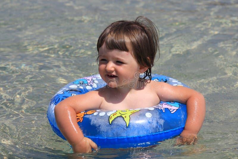 θάλασσα κοριτσιών στοκ εικόνα με δικαίωμα ελεύθερης χρήσης