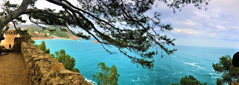 Θάλασσα, μεσαιωνικός τοίχος, δέντρα και τοπίο Tossa de Mar, Ισπανία στοκ φωτογραφίες με δικαίωμα ελεύθερης χρήσης