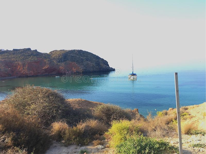 Θάλασσα με μια βάρκα στοκ φωτογραφίες με δικαίωμα ελεύθερης χρήσης