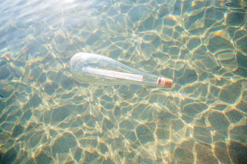 Θάλασσα μπουκαλιών μηνυμάτων βοήθειας στοκ εικόνες
