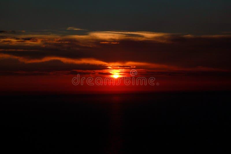 Θάλασσα, ουρανός, ηλιοβασίλεμα στον ορίζοντα του μεσογειακού καταπληκτικού ηλιοβασιλέματος ακτών vibes στον ωκεανό ακρών Ανατολή  στοκ φωτογραφίες